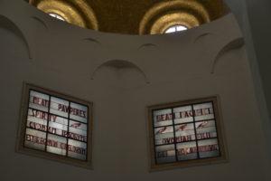 Fönster i kyrkan på Saligprisningarnas berg
